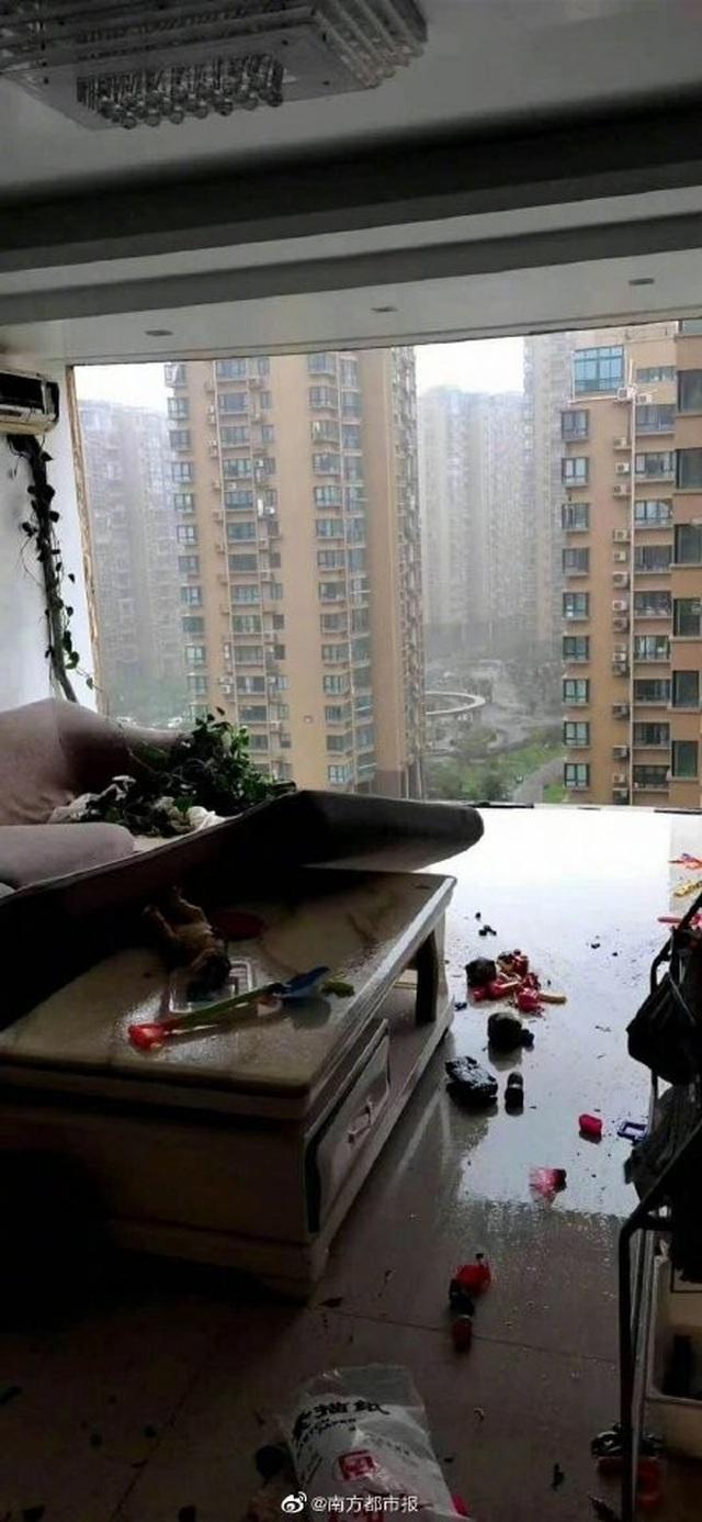 Chung cư cao cấp ở Trung Quốc bị bão thổi bay ban công, máy giặt - 4