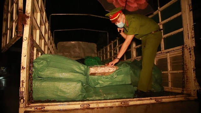 Lào Cai: Bắt giữ ô tô vận chuyển 2,8 tấn chân gà giáp biên giới Trung Quốc  - 1