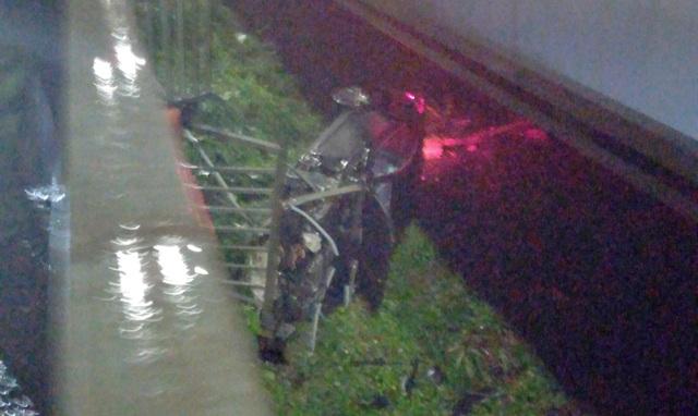Xe sang Porsche không biển số húc tung lan can, rơi khỏi cầu Sài Gòn - 1