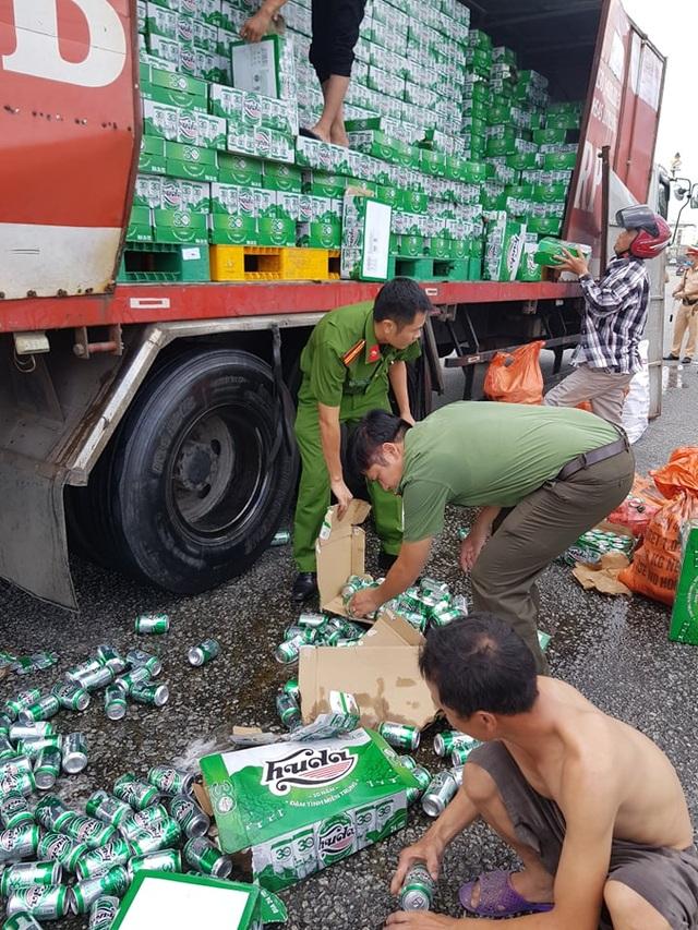 Người dân, công an giúp tài xế xe tải gom nhặt hàng trăm két bia bị rơi - 3