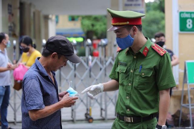 Hà Nội: Nhiều trường hợp không đeo khẩu trang nơi công cộng bị xử phạt - 1