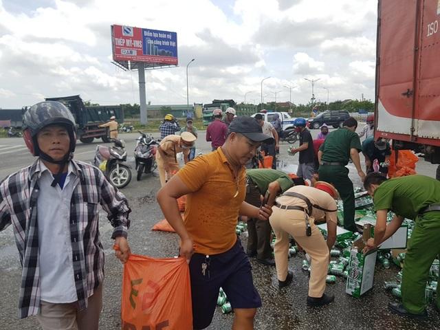 Người dân, công an giúp tài xế xe tải gom nhặt hàng trăm két bia bị rơi - 2