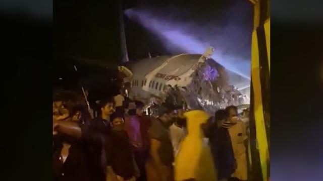 Máy bay Ấn Độ chở 191 người trượt đường băng, vỡ làm đôi - 6