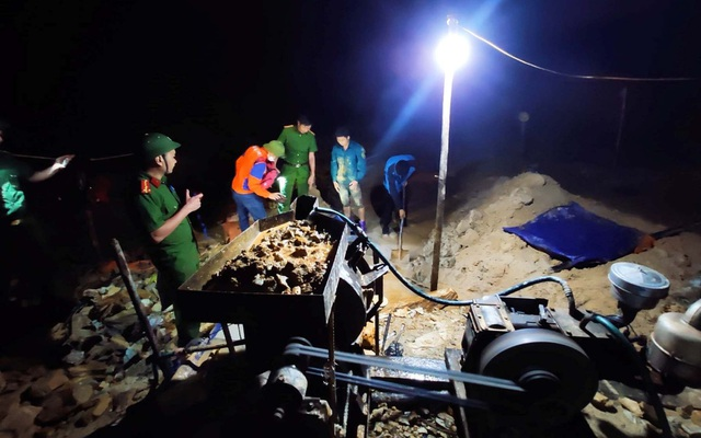 Đột kích mỏ vàng trong đêm, bắt giữ 2 nhóm đối tượng khai thác trái phép - 2