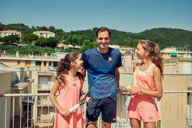 Chơi tennis kiểu cách ly mùa dịch, hai cô gái bất ngờ được Federer ghé thăm - 1