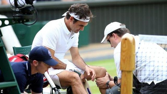 Chơi tennis kiểu cách ly mùa dịch, hai cô gái bất ngờ được Federer ghé thăm - 3