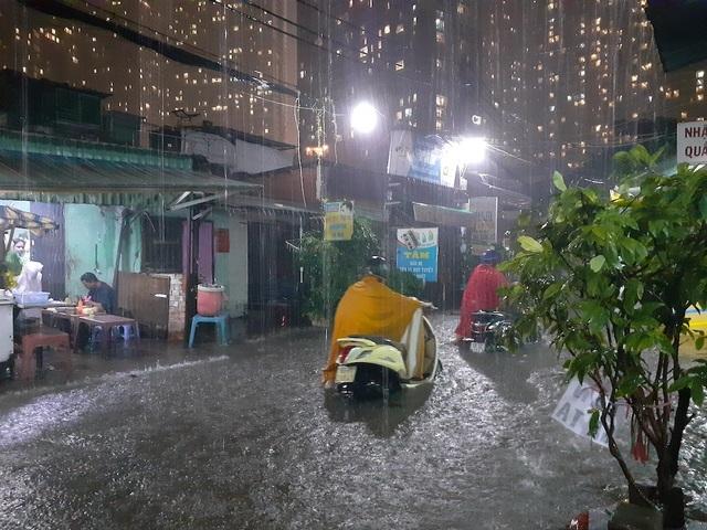 38 tuyến đường ở TPHCM bị nhấn chìm, có nơi ngập gần 7 tiếng - 2