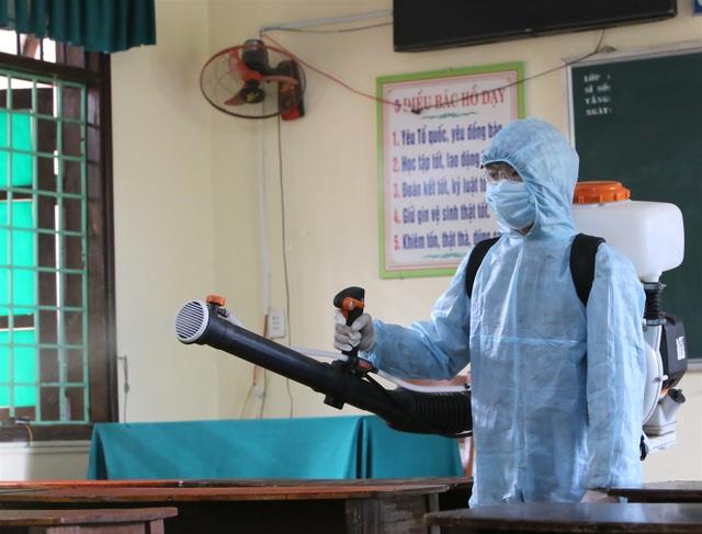 Quảng Trị: Nghiêm túc phòng dịch, khử trùng, sát khuẩn bàn ghế, phòng thi - 2