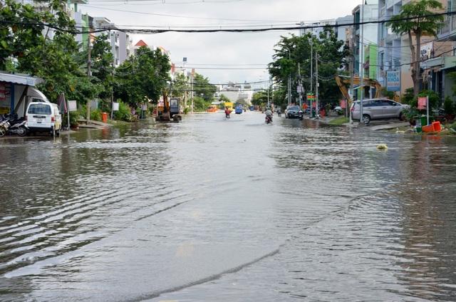 Khu dân cư bị nước bủa vây tứ phía ở Sài Gòn - 1