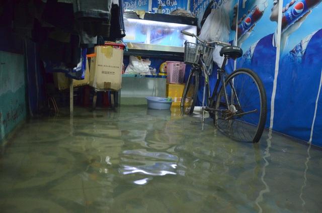 Khu dân cư bị nước bủa vây tứ phía ở Sài Gòn - 11