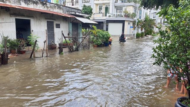 Khu dân cư bị nước bủa vây tứ phía ở Sài Gòn - 12