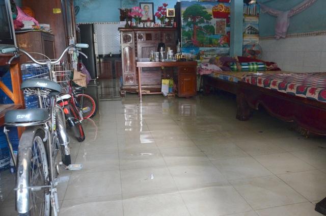 Khu dân cư bị nước bủa vây tứ phía ở Sài Gòn - 5