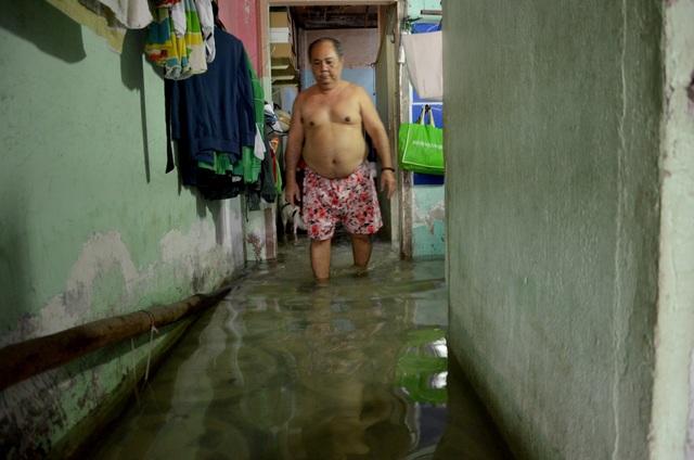 Khu dân cư bị nước bủa vây tứ phía ở Sài Gòn - 7