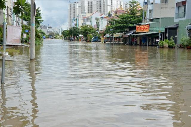 Khu dân cư bị nước bủa vây tứ phía ở Sài Gòn - 3