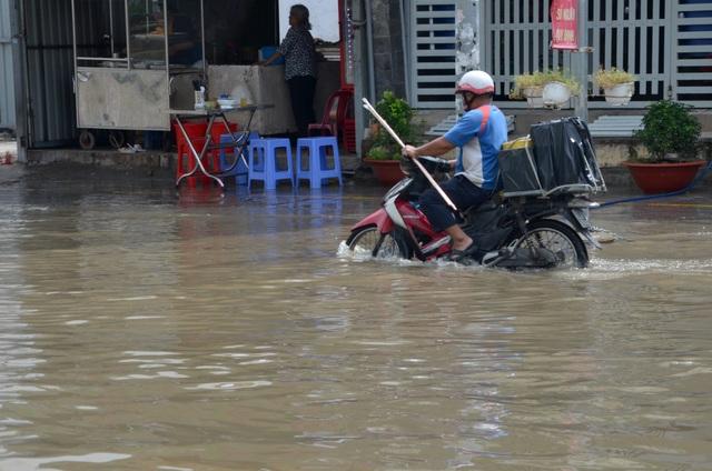 Khu dân cư bị nước bủa vây tứ phía ở Sài Gòn - 4