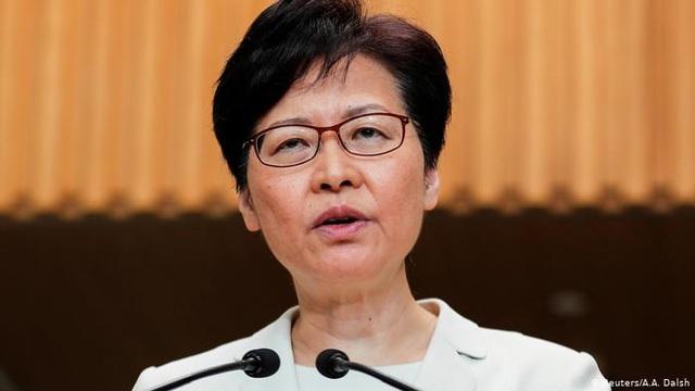 Báo Bloomberg: Mỹ sẽ trừng phạt Trưởng đặc khu hành chính Hong Kong - 1