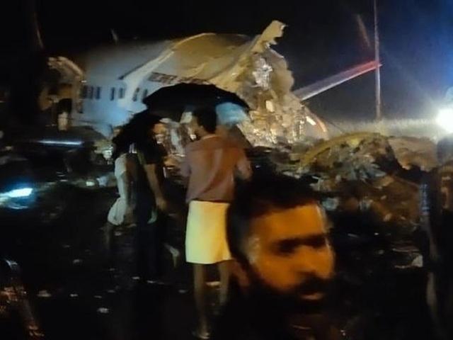 Máy bay Ấn Độ chở 191 người trượt đường băng, vỡ làm đôi - 1