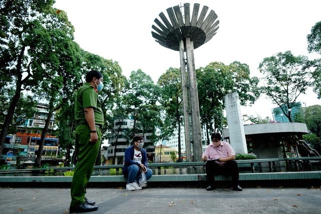 TPHCM xử phạt hàng nghìn người không đeo khẩu trang nơi công cộng - 1