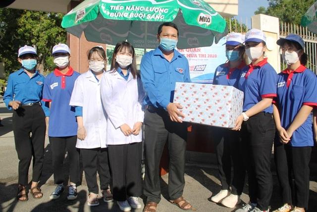 Tình nguyện viên vừa tiếp sức mùa thi, vừa chống dịch Covid-19 - 2