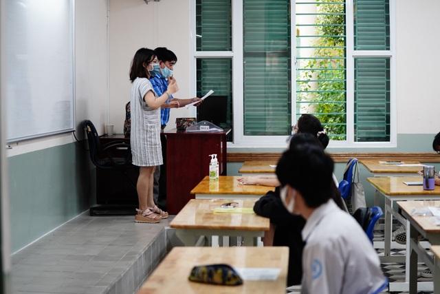 Nghiêm ngặt kiểm tra thí sinh vào làm thủ tục dự thi tốt nghiệp THPT 2020 - 20