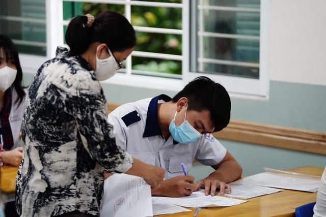 Nghiêm ngặt kiểm tra thí sinh vào làm thủ tục dự thi tốt nghiệp THPT 2020 - 21
