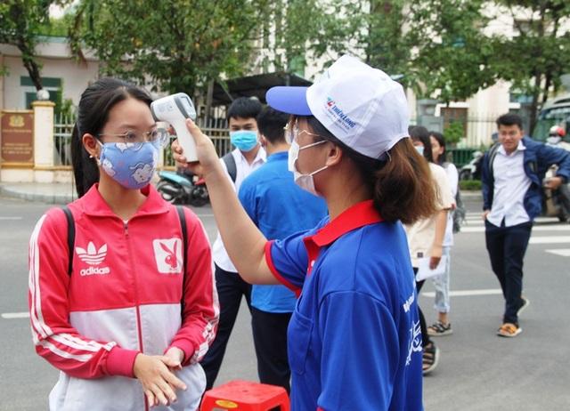 Tình nguyện viên vừa tiếp sức mùa thi, vừa chống dịch Covid-19 - 1