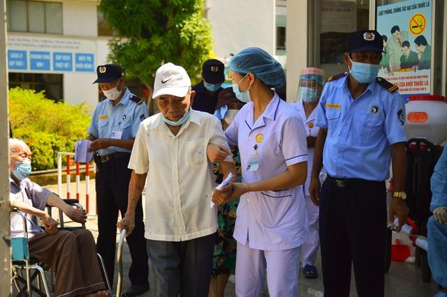 Ngày đầu Bệnh viện C Đà Nẵng mở cửa tiếp nhận bệnh nhân sau phong tỏa - 5
