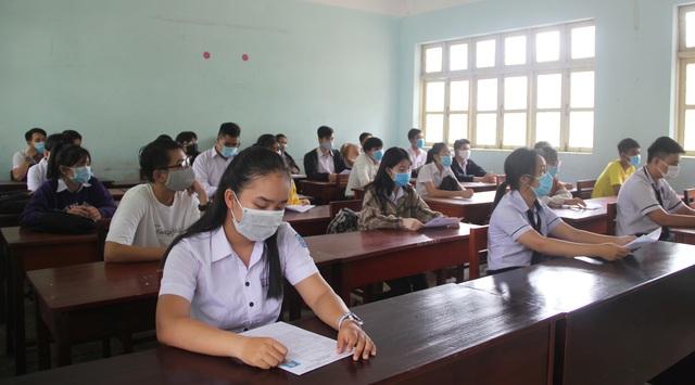 Nghiêm ngặt kiểm tra thí sinh vào làm thủ tục dự thi tốt nghiệp THPT 2020 - 38