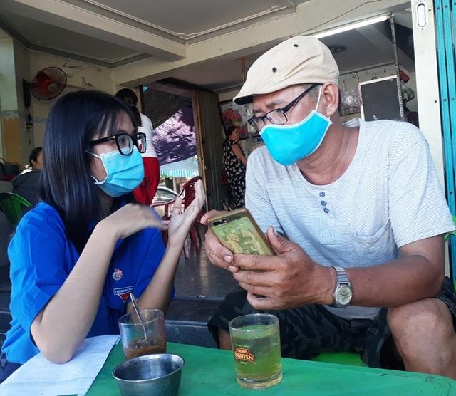 Tình nguyện viên vừa tiếp sức mùa thi, vừa chống dịch Covid-19 - 4