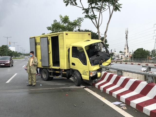 Xe tải đâm thẳng vào lan can cầu, tài xế văng xuống đường - 1