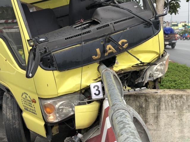 Xe tải đâm thẳng vào lan can cầu, tài xế văng xuống đường - 2