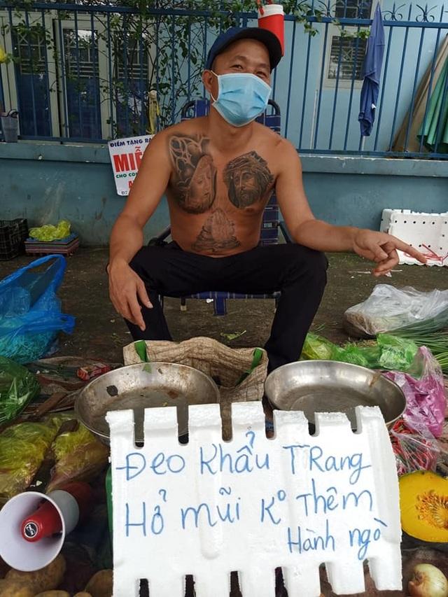 Ông chủ xăm trổ bán rau gây sốt và 2 triệu đồng từ cô gái quán Karaoke - 1