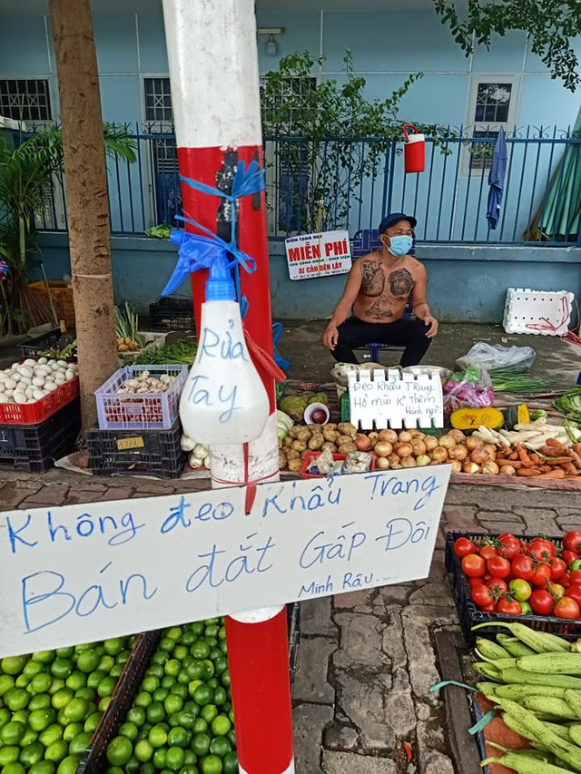 Ông chủ xăm trổ bán rau gây sốt và 2 triệu đồng từ cô gái quán Karaoke - 2