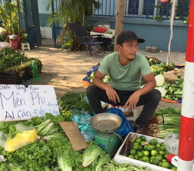 Ông chủ xăm trổ bán rau gây sốt và 2 triệu đồng từ cô gái quán Karaoke - 7