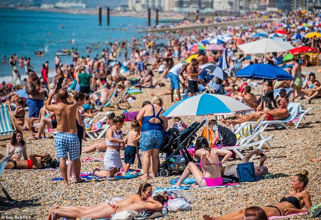 Bất chấp lệnh giãn cách Covid-19, người dân ùn ùn ra biển vì quá nóng - 1