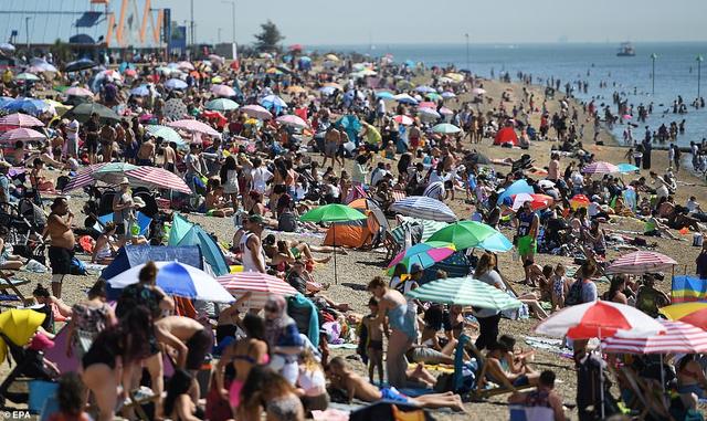 Bất chấp lệnh giãn cách Covid-19, người dân ùn ùn ra biển vì quá nóng - 2
