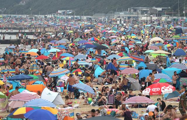 Bất chấp lệnh giãn cách Covid-19, người dân ùn ùn ra biển vì quá nóng - 3