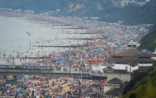 Bất chấp lệnh giãn cách Covid-19, người dân ùn ùn ra biển vì quá nóng - 4