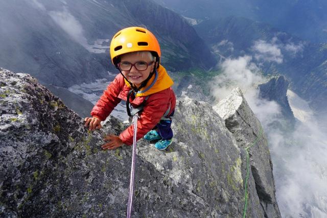 Bé trai 3 tuổi chinh phục đỉnh núi 3.000m - 1