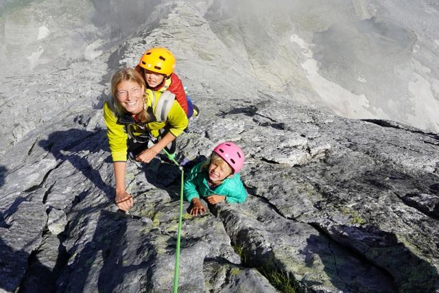Bé trai 3 tuổi chinh phục đỉnh núi 3.000m - 2