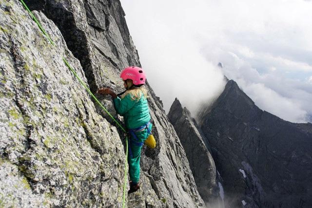 Bé trai 3 tuổi chinh phục đỉnh núi 3.000m - 3