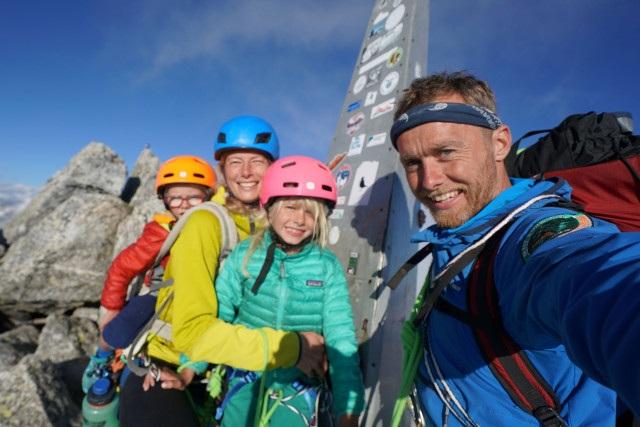 Bé trai 3 tuổi chinh phục đỉnh núi 3.000m - 4