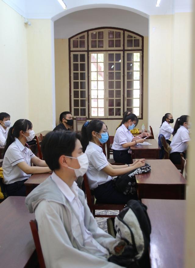 Nghiêm ngặt kiểm tra thí sinh vào làm thủ tục dự thi tốt nghiệp THPT 2020 - 48