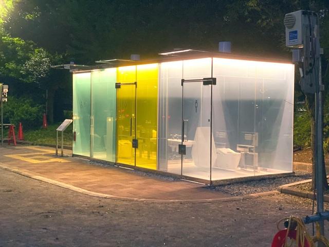 Độc lạ nhà vệ sinh công cộng trong suốt có thể nhìn xuyên thấu từ bên ngoài - 1
