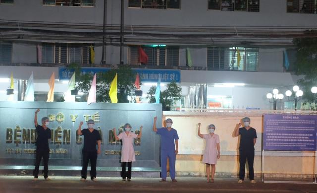 """Bác sĩ hát vang """"Niềm tin chiến thắng"""" khi viện C Đà Nẵng được gỡ phong tỏa - 2"""