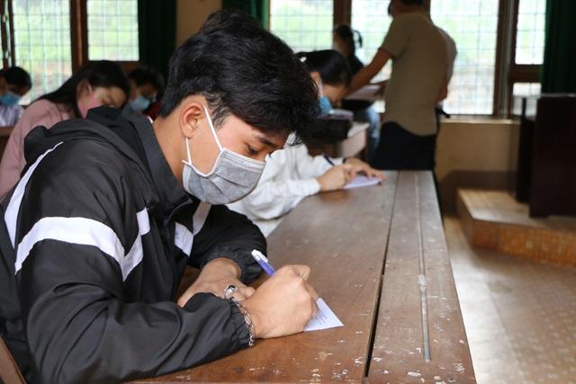 Nghiêm ngặt kiểm tra thí sinh vào làm thủ tục dự thi tốt nghiệp THPT 2020 - 26