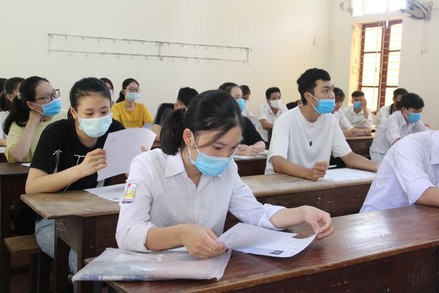 Nghiêm ngặt kiểm tra thí sinh vào làm thủ tục dự thi tốt nghiệp THPT 2020 - 41