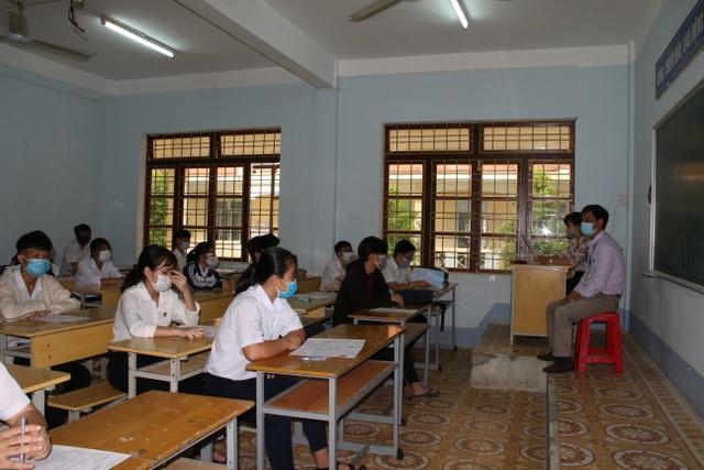 Nghiêm ngặt kiểm tra thí sinh vào làm thủ tục dự thi tốt nghiệp THPT 2020 - 45