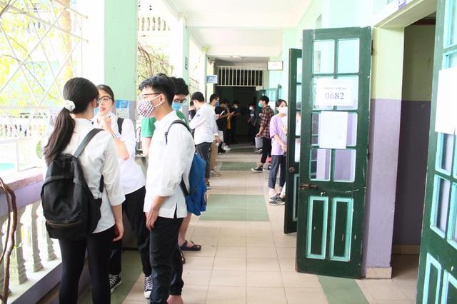 Nghiêm ngặt kiểm tra thí sinh vào làm thủ tục dự thi tốt nghiệp THPT 2020 - 15