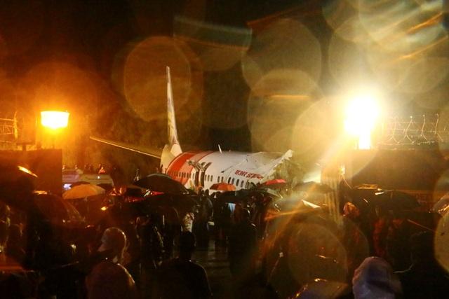 Máy bay Ấn Độ chở 191 người trượt đường băng, vỡ làm đôi - 5